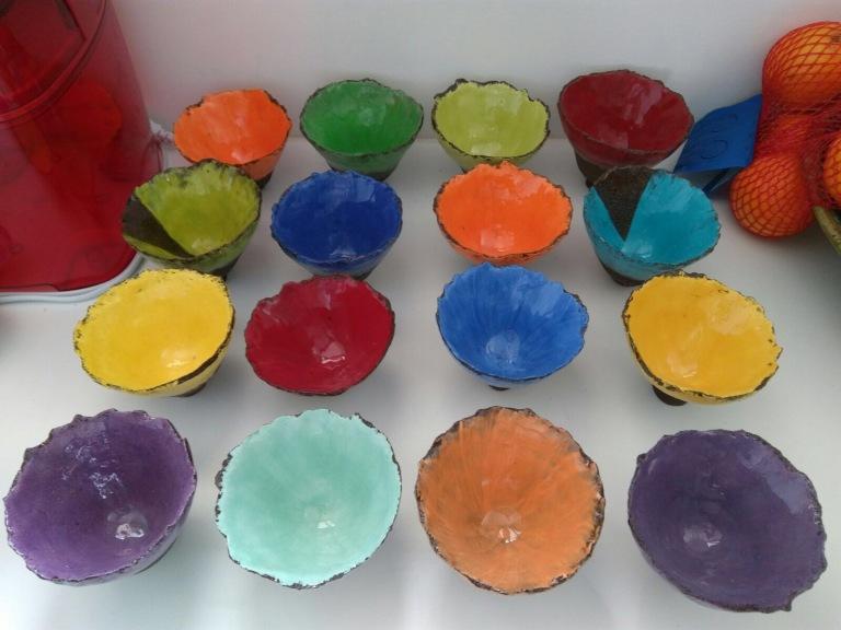 Sculpture moderne, des bols céramique colorés et brillants
