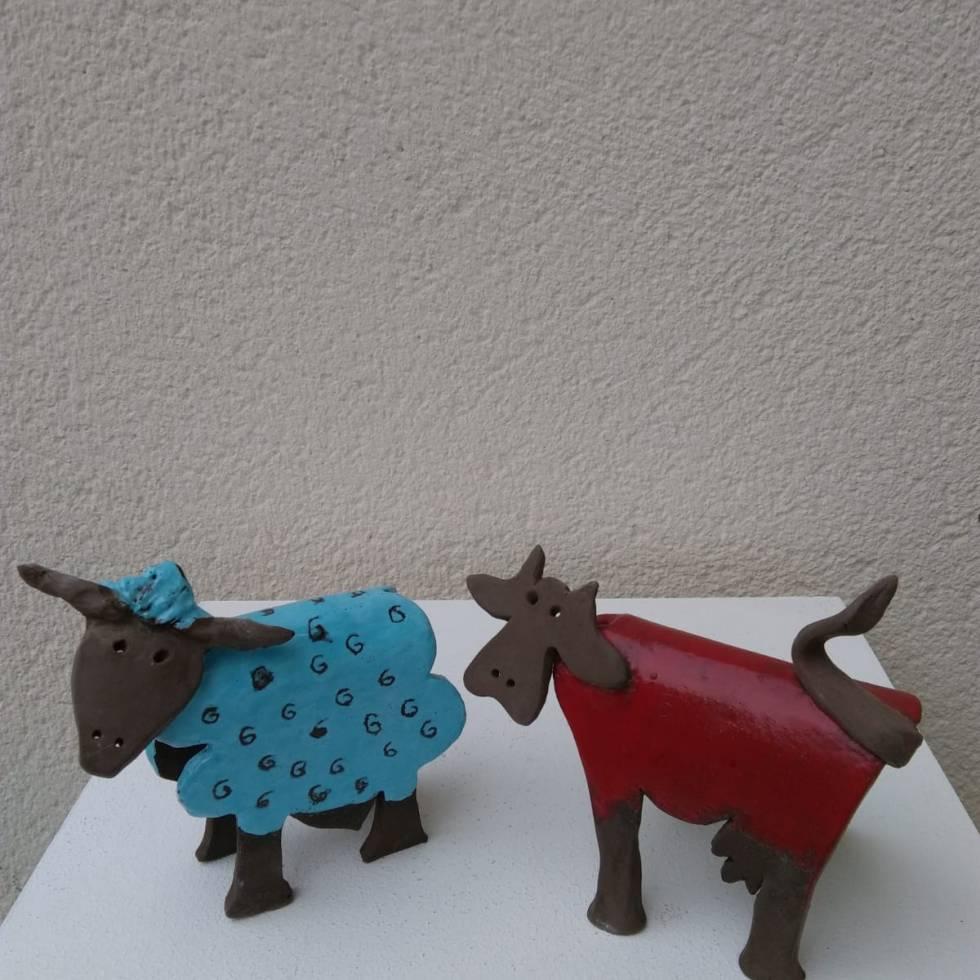 Mouton et vache, sculptures en terre par P Elghozi