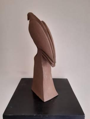 sculpture la buse solitaire de dos avec son bec a droite
